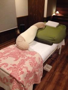 横向きでの施術をご希望の場合は専用抱き枕をご用意しております。